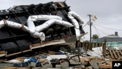 Un trabajador de la compañía eléctrica de Carolina del Norte llega para ayudar a restaurar la luz en Emerald Isle, luego que un tornado causado por el huracán Dorian, pasara por el área. Septiembre 5 de 2019. AP/Tom Copeland.