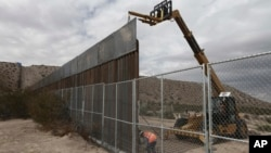 ترمپ گفته است که مکسیکو ۱۰۰ درصد هزینۀ اعمار دیوار را خواهد پرداخت