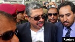 Yəmənin vitse-prezidenti Xalid Bahah ədən hava limanında müxbirlərin suallarını cavablandırır