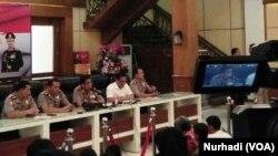 Kapolda Jawa Timur Irjen Machfud Arifin memberikan keterangan pers di Surabaya, Selasa, 15 April 2018. (Foto: VOA/Nurhadi)