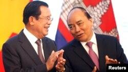 Thủ tướng Campuchia Hun Sen (trái) và Thủ tướng Nguyễn Xuân Phúc tại sự kiện liên quan đến vấn đề phân định biên giới giữa hai nước ở Hà Nội vào ngày 4/9/2019.