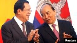 Thủ tướng Việt Nam Nguyễn Xuân Phúc trong cuộc gặp Thủ tướng Campuchia Hun Sen (trái) tại Hà Nội vào ngày 4/10/2020.