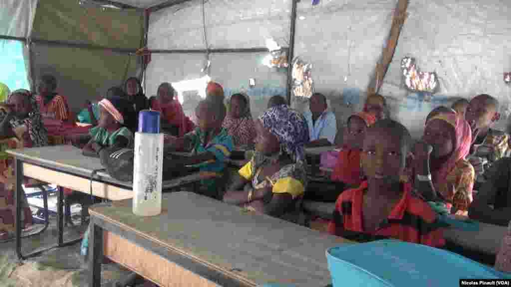 Vue d'une salle de classe de l'école de Bosso dans la région de Diffa, Niger, le 19 avril 2017 (VOA/Nicolas Pinault)