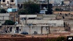 Các chiến binh người Kurd vào căn nhà ở Kobani, Syria, được dùng làm vị trí chiến đấu 16/10/14