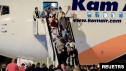 Afgan mültecileri taşıyan bir uçak, 30 Ağustos'ta Kuzey Makedonya'nın başkenti Üsküp'teki uluslararası havalimanına ulaştı.