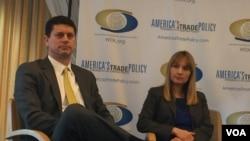 前美助理財政部長洛厄里與美國進步中心中國政策主任韓美妮在一個研討會上討論美中貿易政策 (美國之音莉雅拍攝)