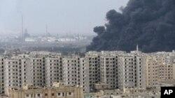Khói đen từ nhà máy lọc dầu ở Homs, Syria
