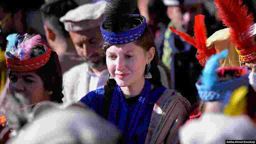 کیلاش قبیلے کے مرد ہوں یا خواتین، بڑھ چڑھ کر اور نہایت جوش و جذبے کے ساتھ اس تہوار کی رسومات ادا کرتے ہیں۔