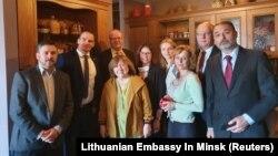 Европейские дипломаты собрались дома у Светланы Алексиевич, чтобы защитить ее от возможного ареста. Минск, Беларусь. 9 сентября 2020