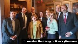 Светлана Алексиевич и иностранные дипломаты, аккредитованные в Минске, приехавшие поддержать ее. 9 сентября 2020 г.