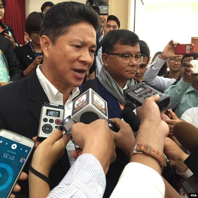 Sun Chanthol, left, currently a minister of commerce, talks to reporters about his commitment to reform the Ministry of Public Work and Transport, at Cambodia's Institute of Technology, March 19, 2016. (Hul Reaksmey/VOA Khmer)