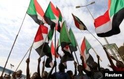 مردم سودان در ماه های اخیر بارها تجمع کردند و اکنون از این توافق خشنود هستند