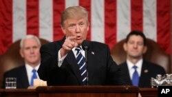 도널드 트럼프 미국 대통령(가운데)이 28일 첫 의회 합동연설을 했다. 마이크 펜스 부통령(왼쪽)과 폴 라이언 하원의장이 의장석에서 트럼프 대통령을 지켜보고 있다.