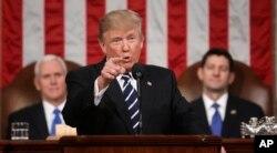 Başkan Trump Kongre'ye hitaben konuşması sırasında ardında Başkan Yardımcısı Mike Pence ve Temsilciler Meclisi'nin Cumhuriyetçi Partili başkanı Paul Ryan'la