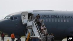 Familiares de pasajeros de un avión militar desaparecido llegan a una base aérea en Punta Arenas, Chile, el miércoles 11 de diciembre de 2019.