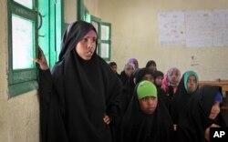 Remaja perempuan menghadiri diskusi usai jam sekolah mengenai sunat perempuan di Sekolad Dasar Sheik Nuur di Hargeisa, Somaliland, 16 Februari 2014.