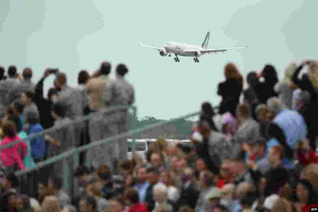 Máy bay của Đức Giáo hoàng, được đặt tên là Chủ chăn 1, hạ cánh lúc 3 giờ 49 phút chiều xuống Căn cứ Không quân Andrews tại Maryland, Hoa Kỳ, ngày 22/9/2015.