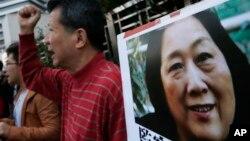 香港民众在中央政府驻港机构中联办前示威要求释放当时被拘押的中国记者高瑜 (2015年11月27日)