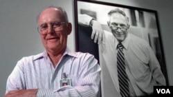 Robert Nayce, en la foto, es el co inventor del circuito integrado miniatura, el cual se utiliza en todo equipo electrónico actualmente.