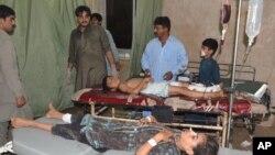 Trẻ em bị thương trong vụ tấn công tự sát đang được điều trị tại 1 bệnh viện ở Jacobabad, Pakistan, 23/10/2015.
