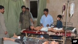 Anak-anak Pakistan yang luka dalam ledakan bom bunuh diri dirawat di rumah sakit setempat di Jacobabad, Pakistan, 23 Oktober 2015.