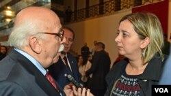 Milli Eğitim Bakanı Nabi Avcı Amerika'nın Sesi Ankara muhabiri Yıldız Yazıcıoğlu'nun sorularını yanıtlarken