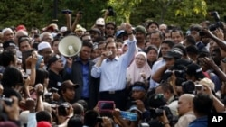 Malaysian opposition leader Anwar Ibrahim, center, speaks to his supporters after coming out from the High Court where he heard the verdict of his sodomy trial in Kuala Lumpur, Malaysia, January 9, 2012.