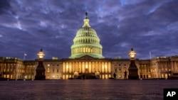 Gedung Capitol di Washington DC, 21 Januari 2018. (Foto: dok). Senin malam (22/1), anggota Dewan Perwakilan Rakyat AS mengadakan pemungutan suara untuk menyetujui RUU yang sebelumnya diajukan oleh Senat Amerika pada hari yang sama, untuk Continuing Resolution (CR), yakni melanjutkan alokasi anggaran pada tingkat yang sama dengan tahun fiskal sebelumnya.