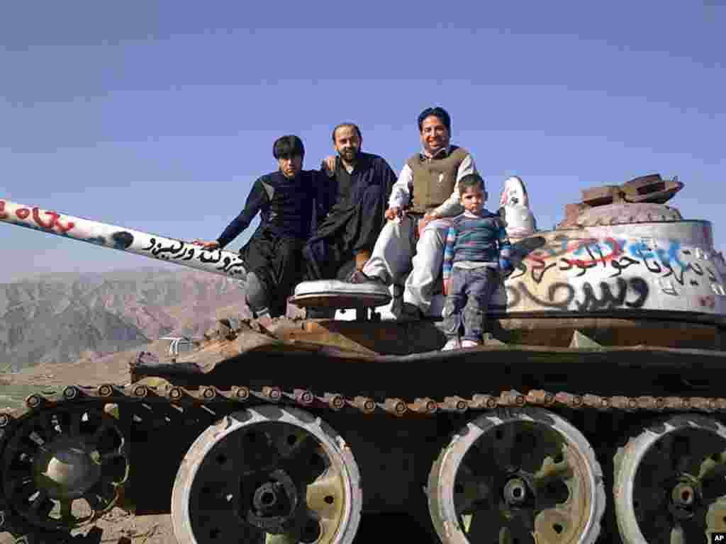 Bằng Danh Dự - Chụp ảnh trên một chiếc xe tăng củ ở Naghlo, thủ đô Kabul, Afghanistan (Ảnh: Etisalat Khalid)