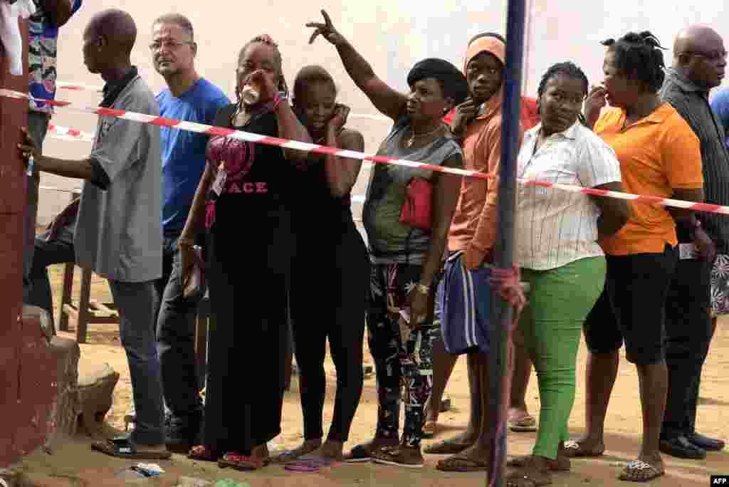 Les Libériens font la queue pour voter dans un bureau de vote lors du second tour des élections présidentielles à Monrovia le 26 décembre 2017.