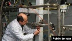 کارشناس آژانس بین المللی انرژی اتمی در حال پلمب کردن تأسیسات هسته ای ایران - ژانویه ۲۰۱۴