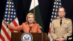 امریکی وزیر خارجہ ہلری کلنٹن پریس کانفرنس سے خطاب کررہی ہیں اور امریکی جوائنٹ چیفس آف اسٹاف کے چیئر مین ان کے ہمراہ ہیں
