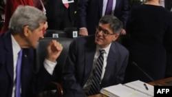 پیش از این وزیر خارجه و خزانه داری آمریکا تاکید کرده بودند با رفع تحریم های هسته ای، بانکهای خارجی اجازه تجارت با ایران را دارند.