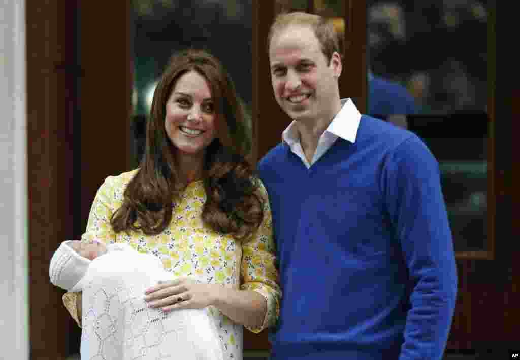 برطانوی شہزادہ ولیم اور ڈچز آف کیمبرج نومولود شہزادی کے ہمراہ