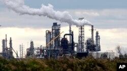 Refinería en Port Arthur, Texas, otra más que se une a una huelga que afecta ahora un quinto de la producción de gasolina de Estados Unidos.