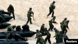 Lực lượng Tự vệ Nhật Bản trong cuộc tập trận trên đảo Amami Oshima, tháng 5, 2014.