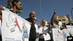 베냐민 네타냐후 이스라엘 총리를 해적으로 그린 포스터를 들고 시위를 벌이는 팔레스타인들