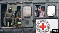 La ex senadora colombiana Piedad Cordoba partió hacia Florencia, Colombia, en donde recibirá de manos de las FARC a dos rehenes más que serán liberados.