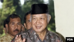 Mantan Presiden Soeharto (alm.) melambaikan tangan (foto: dok). Sebuah survei oleh Indobarometer mengungkap kerinduan warga akan Orde Baru yang dipimpin Presiden Soeharto ini.