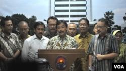 Menteri Negara Pemuda dan Olahraga Andi Alfian Mallarangeng mengumumkan pengunduran diri dari jabatannya di kantornya di Jakarta. (VOA/Andylala Waluyo)