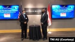 Kepala Staf Angkatan Udara Marsekal TNI Fadjar Prasetyo dan Rod Mclean, Vice President and General Manager for Lockheed Martin's Air Mobility and Maritime Missions Organization ketika mengunjungi pabrik Lockheed Martin di Maryland, AS, Selasa (7/9). (Foto