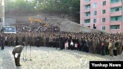 지난 13일 오후 평양시 평천구역 안산1동의 23층 아파트가 붕괴되자 북한 간부가 주민들에게 머리숙여 사죄하고 있다.
