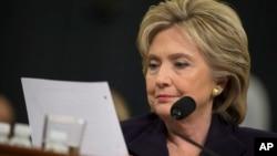 Tư liệu - Ứng cử viên tổng thống của đảng Dân chủ, cựu Ngoại trưởng Mỹ Hillary Rodham Clinton đọc một email được gửi bởi Đại sứ Chris Stevens trong phiên điều trần trước Ủy ban Benghazi House.