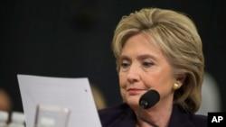Capres AS dari partai Demokrat, Hillary Clinton, (saat masih menjabat sebagai Menlu AS)membaca email dari Dubes Chris Stevens dalam testimoni di Gedung Capitol, Washington D.C., 22 Oktober 2015. (AP Photo/Evan Vucci).