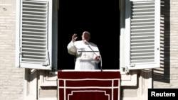 El Papa Francisco pronunciando su sermón del Ángelus de los domingos desde un balcón del Vaticano el 6 de enero de 2020.