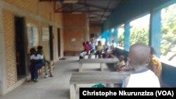 Des femmes et des enfants se font dépister au centre de santé à Kamenge, au nord de Bujumbura, Burundi, le 12 avril 2017. (VOA/Christophe Nkurunziza)