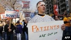 Демонстрация в поддержку реформы системы здравоохранения в США. Вашингтон. Округ Колумбия. 9 марта 2010 года