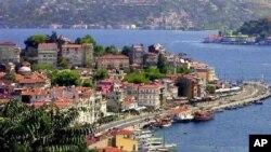 Eo biển Bosphore phân chia Istanbul ra hai bờ Âu, Á