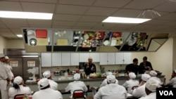 Chef William Wongso kenalkan rendang, sate maranggi, dan asinan kepada para murid sekolah kuliner di Washington, D.C. (foto/dok: VOA