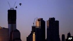 在這張星期一所拍的照片裡﹐左邊的是正在建設的世貿中心一號樓